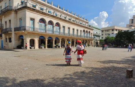 La Habana Plaza de Armas Ladies